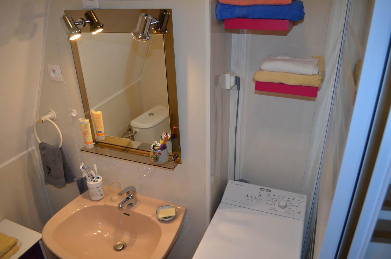 salle d 39 eau du studio en location proche cure aix les bains 73. Black Bedroom Furniture Sets. Home Design Ideas