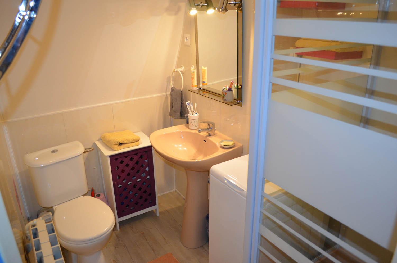 salle de bains du studio en location aix les bains en savoie. Black Bedroom Furniture Sets. Home Design Ideas